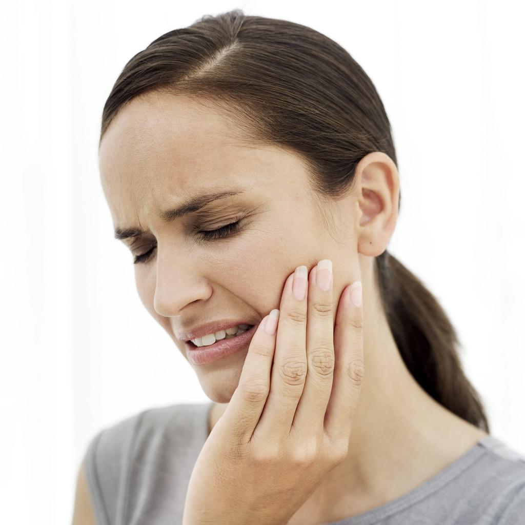 Болит челюсть возле уха: возможные причины